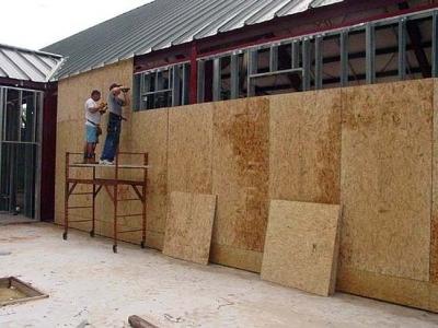 Процесс обшивки стен фанерой