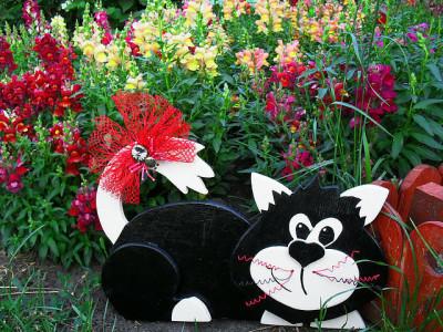 Забавный кот на страже сада