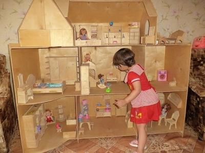 Домик для кукол в детской комнате