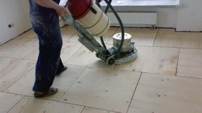 Шлифовка фанерного основания посредством машинки для шлифовки