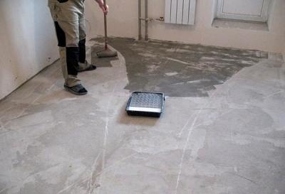 Нанесение грунтовочной массы на поверхность бетона
