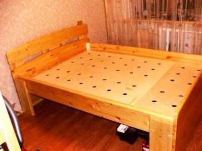 Готовая кровать из фанерных листов