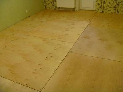 Фанерная подложка на деревянном полу
