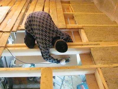 Фанерный потолок в доме из бруса