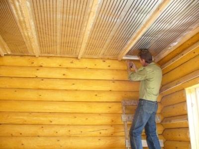 Фанерная потолочная поверхность в доме из массива