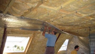 Фанерный потолок в деревянном здании