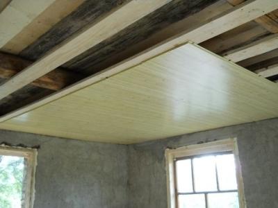 Фанерная потолочная поверхность в доме из дерева