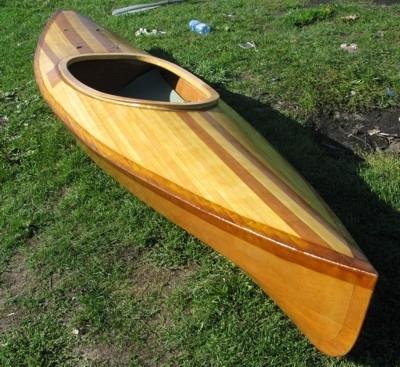 Лодка с веслами из фанерных плит