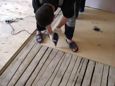 Крепление листов фанеры к деревянному полу