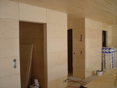 Готовая стена, обшитая фанерой и декоративным покрытием