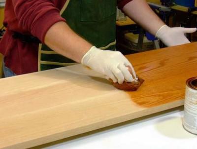 Обработка деталей олифой для предотвращения раскисания материала от влаги