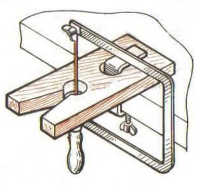 Правильное положение лобзика по отношению к обрабатываемому материалу