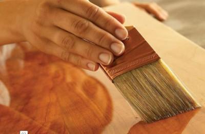 Покрытие лаком поверхности листа