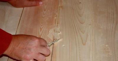 Трещины заделывают шпаклевкой, после чего просушивают и грунтуют