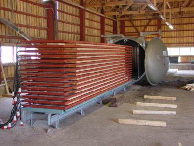 Содержание влаги уменьшается за счёт обработки нагретым воздухом древесины